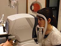 オートレフを使い、近視、遠視 乱視や乱視の角度の検査を行います